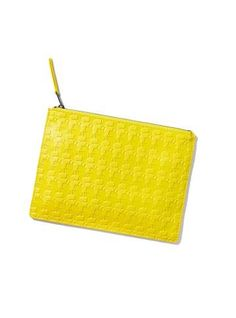 Still de clutch amarela com estampa karl