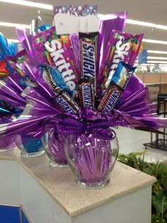 Candy bouquet: base wrapped too before placed in glass vase. Candy bouquet: base wrapped too before placed in glass vase. Valentine Gift Baskets, Valentines Gifts For Boyfriend, Valentines Diy, Boyfriend Gifts, Candy Bar Bouquet, Gift Bouquet, Candy Bouquet Birthday, Candy Boquets, Candy Arrangements