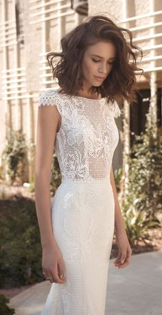 White bride dresses. All brides imagine having the ideal wedding, however for this they need the best bridal dress, with the bridesmaid's outfits enhancing the brides dress. Here are a variety of suggestions on wedding dresses.
