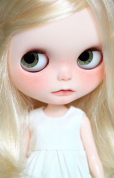 Blythe blonde hair and white skinis very beautiful Barbie, Stunning Eyes, Creepy Dolls, Hello Dolly, Stylish Kids, Cute Faces, Cute Dolls, Doll Face, Big Eyes