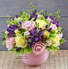 Купить или заказать Признание. Интерьерная композиция в интернет-магазине на Ярмарке Мастеров. Стильная и невероятно романтичная композиция из светло-розовых и светло-желтых роз, насыщенной фиолетовой фрезии, дополненных зеленью и ягодами, способна восхитить любую женщину. Даже самая взыскательная и утончённая натура поддастся власти прекрасных цветочных чар, и ваше внимание непременно оценят по достоинству. ______________________________________ Ознакомиться с правилами моего магазина можно ... Pretty Flowers, Silk Flowers, Spring Flowers, Flower Arrangements Simple, Beautiful Flowers Wallpapers, Polymer Clay Flowers, Arte Floral, Flower Boxes, Flower Crafts