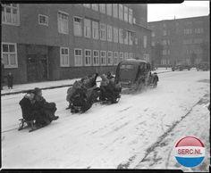 Amsterdam: Sleetje rijden achter de auto van Van Meerendonk in B. Ruloffsstraat, januari 1952 (Foto Ben van Meerendonk) I Love Winter, I Amsterdam, Old Pictures, Holland, Asd, Snow, Black And White, History, Travel