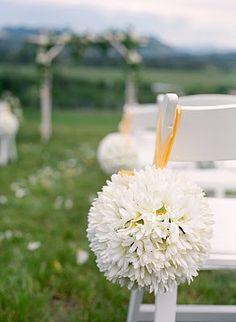 DIY daisy pomanders for wedding aisle decoration