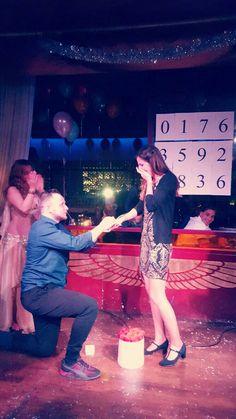 Trotz gebrochenem Bein hat dieser Mann mir einen Heiratsantrag gemacht und mich somit gefragt ob ich seine Frau werden will! Dies ist der PERFEKTESTE augenblick in meinem Leben 💍❤ ich liebe dich aşkım benim!   #proposal#love#engagement#antrag#ring#diamond#gold#beautful#arrangement#marooush#überraschung