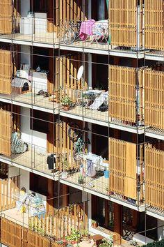 Vista exterior. 80 viviendas de protección oficial en Salou por Toni Gironès. Fotografía © José Hevia. Señala encima de la imagen para verla más grande.