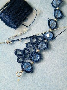 This is needle-tatting but it can also be done in the normal way. I actually do love this pattern. Tatting Armband, Tatting Bracelet, Tatting Jewelry, Tatting Lace, Jewelry Crafts, Handmade Jewelry, Needle Tatting Patterns, Tatting Tutorial, Beaded Jewelry Patterns