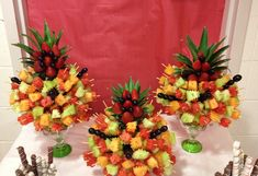 Okay possibly this awesome way of serving fruit kebabs too :) 1 or 2 for kids table and 1 for adults table. Fruit Kebabs, Kabobs, Skewers, Fruit Platter Designs, Fruit Designs, Fruit Presentation, Fruits Decoration, Fruits For Kids, Kids Fruit