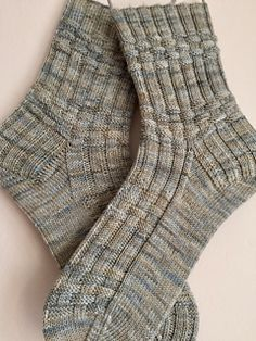 Bill Huggins pattern by Claire Ellen Skill Level: Beginning sock knitter. There's only four different pattern lines, and the pa. Knitting Basics, Loom Knitting Projects, Knitting Kits, Easy Knitting, Knitting For Beginners, Knitting Designs, Knitting Socks, Knitting Patterns, Knit Socks