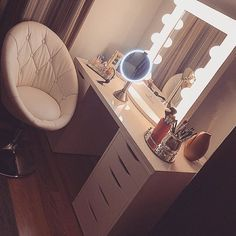 Elegant Makeup Room Checklist & Idea Guide for the best ideas in Beauty Room decor for your makeup vanity and makeup collection. Makeup Desk, Makeup Rooms, Makeup Storage, Makeup Table Ikea, Makeup Tables, Vanity Organization, Vanity Room, Vanity Set, Vanity Chairs