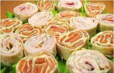 snacks met zalm en ham ngrediënten: * 2 wraps * 200 g gerookte zalm * 300 g ham * 250 g smeerkaas * verse kruiden (naar je wens)