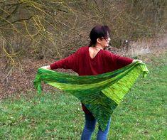 Das Stricken dieses Tuches ist ein Spiel mit Farben und geometrischen Formen. Es startet mit einer Drachenform, der sich ein langes, spitzes Dreieck anschließt. Quer dazu wird ein großes Dreieck angestrickt, welches ihm seine endgültige Form verleiht.