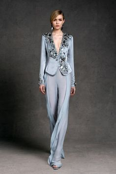 Womens Fashion - The complete Donna Karan Resort 2013 fashion show now on Vogue Runway. Look Fashion, High Fashion, Fashion Show, Womens Fashion, Fashion Design, Donna Karan, Terno Casual, Elegant Outfit, Mode Inspiration