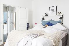 Här ryms en rejäl dubbelsäng Bed, White Interiors, Furniture, Houses, Home Decor, Homes, Decoration Home, Room Decor, Home Furniture