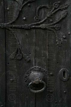 black door knocker / color inspiration / black and white / monochromatic / texture / pattern / nature / art / Knobs And Knockers, Door Knobs, Door Handles, Old Doors, Windows And Doors, Amoled Wallpapers, Black Doors, Shades Of Black, Black Magic