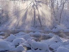 Joki - vastavalo joki Muuramenjoki talvi talvinen pakkanen lumi luminen jää jäinen aurinko paistaa auringonsäteet auringonsäde kivi kivet koski huurre usva taivaallinen valo säde säteet valonsäde valoilmiö maisema jokimaisema ranta joella kylmä virta virtaava virtapaikka helmikuu kosteus