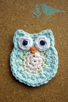 "Ravelry: Crochet Owl Applique pattern by Laura Maxell (no finished size given) Even though I don't share the ""owl craze"", I admit this little fellow is darling. Lots of photos to help you make this. Crochet Pattern for beginners. Crochet Owl Applique, Appliques Au Crochet, Owl Crochet Patterns, Owl Patterns, Applique Patterns, Crochet Motif, Crochet Yarn, Ravelry Crochet, Cat Applique"