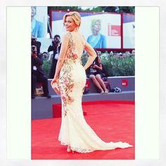 Elizabeth Banks wears #re16 on the red carpet #venicefilmfestival