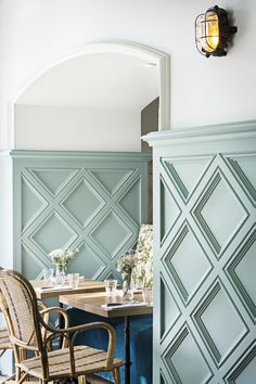 Eatery With Beautiful Boho Design Photos : Yann DeretPhotos : Yann Deret Wall Design, House Design, Wall Molding Designs, Interior And Exterior, Interior Design, Kitchen Interior, Interior Architecture, Wall Trim, Moldings And Trim
