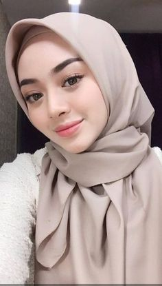 Pin Image by Bunda Hijaber Modern Hijab Fashion, Arab Fashion, Young Fashion, Arab Girls Hijab, Girl Hijab, Muslim Girls, Beautiful Muslim Women, Beautiful Hijab, Mother Nature Tattoos