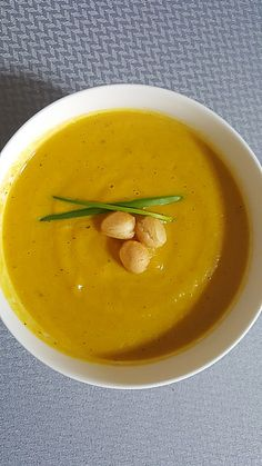 Przepis na: Zupa krem z dyni. Dynia świetnie nadaje się na kremową, aromatyczną i rozgrzewającą zupę. Łatwa w wykonaniu zupa krem z dyni bardzo pasuje do październikowego i listopadowego domowego menu. #pieknowdomu #przepisy #zupa Thai Red Curry, Lunch Box, Ethnic Recipes, Fit, Shape, Bento Box