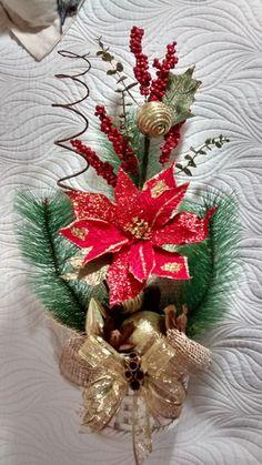 Vaso de natal, feito com cachepô de cerâmica, com flores bicos de papagaio, festões importados,juta importada, fitas, musgo,diversas sementes da natureza secas e envernizadas ou pintadas,bolas natalinas etc. R$ 130,00
