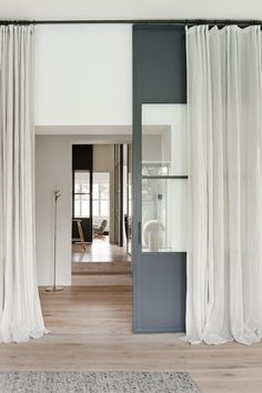 The curtain sheer in 41 photos! White Interior Design, Interior Design Inspiration, Modern Interior, White Curtains, Curtains With Blinds, Curtain Divider, Windows And Doors, House Design, Leroy Merlin