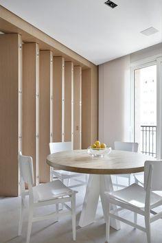 """Sala de Almoço - """"Suavidade e acolhimento em apartamento paulistano -  Projeto: Patricia Martinez - (Foto: Denilson Machado / divulgação) - Mais no Casa Vogue"""
