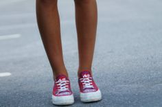 Blogger Christina wearing Noodles Jet inka red Noodles, Jet, Converse, Sneakers, People, How To Wear, Shoes, Style, Fashion