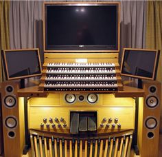 Carlos Cappellaro's amazing Hauptwerk console http://www.midiworks.ca/index.php/gallery/68-featured-organs/174-cappellaro