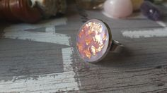 Round statement ring with golden flakes in a lilac background Lilac Background, Statement Rings, Flakes, Druzy Ring, Resin, Jewellery, Unique Jewelry, Handmade Gifts, Etsy
