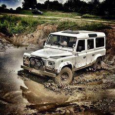 El Defender es un 4x4 , producido por Land Rover durante varias décadas . El primer Land Rover fue introducido en 1948. Fue diseñado con simplicidad brillante para proporcionar capacidades extraordinarias con resistencia y durabilidad insuperables. De hecho, seis décadas después de que se estima que más de dos tercios de todos los Land Rover sigue siendo producidos en circulación - muchas de las condiciones más extremas y en los lugares más inhóspitos del planeta.