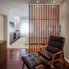 Na suíte do casal, a poltrona de leitura é separada do dormitório por um biombo de cumaru (Madesan) ripado, com design do arquiteto Flavio Castro. A Casa Planalto, também projetada pelo profissional, fica na capital paulista