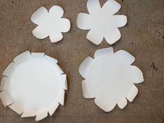 relever-les-bouts-de-pétales-idée-activité-créative-de-printemps-avec-des-assiette-blanches-fleur-en-papier-diy