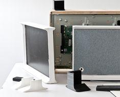 Ein SERIF TV-Modell und seine Teile auf dem Tisch
