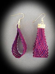 Questi orecchini di merletto a fuselli sono in Valdani perle coton filo, dimensione 12. È la mia propria design. Messaggi orecchino sono tipo di gancio di ipoallergenico argento placcato.