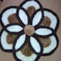 This Pin was discovered by Hil Pom Pom Rug, Crochet Shoes, Bath Rugs, Origami, Diy And Crafts, Crochet Patterns, Knitting, How To Make, Shaggy Rug