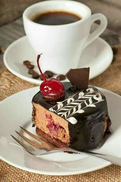 Nadire Atas on Coffee International To Enjoy Coffee & Yummies For My Sister ; Good Morning Coffee, Coffee Break, Mini Desserts, Coffee Cafe, Coffee Drinks, Café Chocolate, Macaron, Coffee Recipes, Chocolates