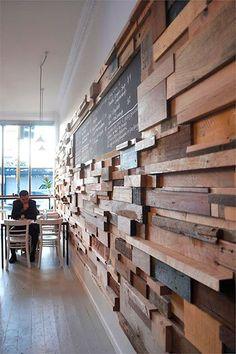Revestimento de parede com sobras de madeira de obra