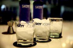 Tu vodka Skyy en www.lataberna.com.ec Pint Glass, Glass Of Milk, Skyy Vodka, Beer, Drinks, Tableware, Root Beer, Ale, Dinnerware