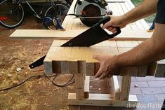 How to Make a Solid and Cheap Workbench - Woodworking Session Woodworking Courses, Woodworking Bench Plans, Workbench Plans, Beginner Woodworking Projects, Woodworking Skills, Learn Woodworking, Popular Woodworking, Woodworking Videos, Woodworking Crafts