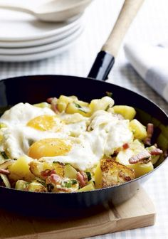 Winter stew, Winter potato pan with bacon and egg. Dutch Recipes, Cooking Recipes, Healthy Recipes, Gnocchi Dishes, Tapas, Food Porn, Good Food, Yummy Food, Comfort Food