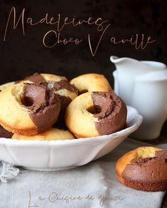 recette de madeleines rondes 2 couleurs très facile : chocolat vanille moulées dans des empruntes à donuts. On distingue la séparation du chocolat et vanille. Cake & Co, Donuts, Donut Recipes, Mini Cakes, Cupcake Cookies, Tupperware, Biscotti, Macarons, Muffins