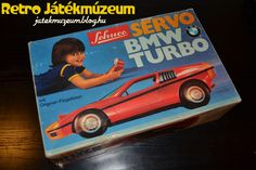 A 70-es években tőlünk nyugatabbra a Schuco meghatározó gyártónak számított a gyerekjátékok területén. Számtalan klasszikus óraműves, lendkerekes és távirányítós autóval jelentkezett az 1912-ben alapított cég.