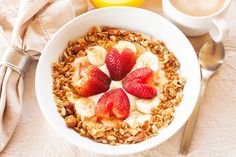 health a healthy breakfast consisting of vanilla greek yogurt topped with granola sliced bananas Hcg Meal Plan, 500 Calorie Meal Plan, No Calorie Foods, Diet Meal Plans, Heart Healthy Breakfast, Healthy Breakfast Options, Healthy Heart, Granola, Hcg Diet Recipes