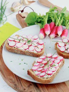 Tartines complètes au chèvre frais, radis et Piment d'Espelette