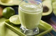Een groene smoothie voor 1: handvol spinazie, 1/2 avocado, 1 kleine banaan, 1/2 limoen, water.