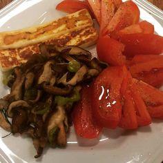 Fome!!! Shitake queijo coalho e tomates  #ComidaDeVerdade #paleodiet #paleo #LCHF #lowcarb #comerlimpo #paleolifestyle #paleosp by dryka__araujo