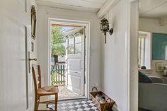 Keltainen talo rannalla: Rustiikkia, väriä ja vintagea Oversized Mirror, Windows, Furniture, Vintage, Home Decor, Decoration Home, Room Decor, Home Furnishings, Vintage Comics