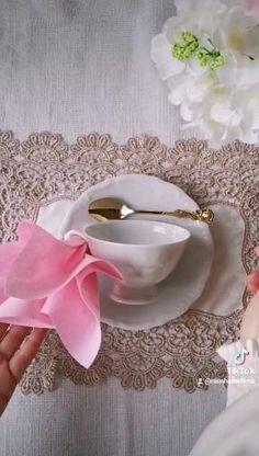 Fancy Napkin Folding, Towel Origami, Beach Wedding Tables, Open Plan Kitchen Dining Living, Handbag Tutorial, Dessert Decoration, Dinner Napkins, Homemade Christmas, Paper Napkins
