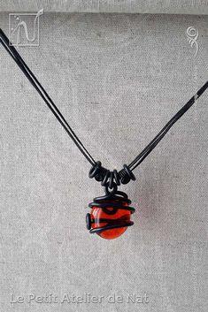 """Collier « El Corazón » 1.0 - Réalisation [ Fait-Main ] avec des fils d'aluminium Noir (Ø0,8mm / Ø2mm) et un galet Rouge orangé - Ce collier est réalisé en plusieurs exemplaires, tous différents par leur façonnage du fil aluminium de soutien, en conservant un galet comme pièce centrale. Il est tendance ras de cou ou plus long selon les dimensions de l'exemplaire. Il s'agit d'un collier """"attrape-soleil"""" ou suncatcher dont les nuances et variations sont très agréables à contempler..."""